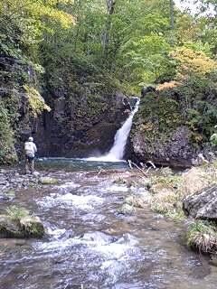 滝と釣り人